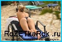 Джоди Гэссон «отдыхает» возле бассейна